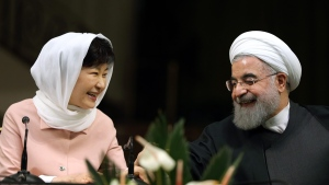 Iranian President Hassan Rouhani, right, and South Korean President Park Geun-hye, at the Saadabad Palace in Tehran, Iran, on May 2, 2016. (Ebrahim Noroozi / AP)